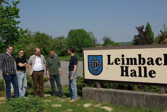 """Mitglieder der """"Kommunalen Werkstatt"""" vor der Leinbachhalle"""