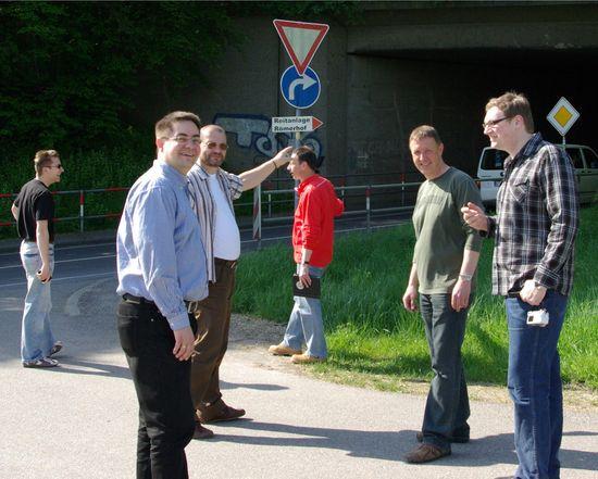 Vor der Autobahnunterführung in Richtung Rauenberg: Markus Wodopia (rote Weste) erläutert den Sachverhalt